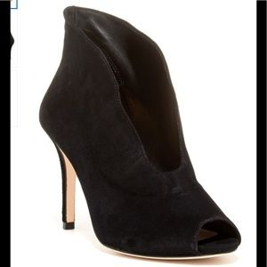 Vince Camuto Sig. Ronin black suede plunge booties